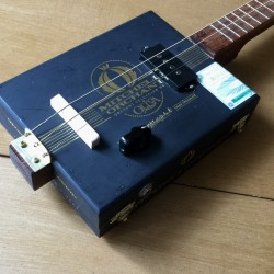 Cigarboxguitar Roots 3 cordes StLouis Mitchel Orchant micro 4 plots